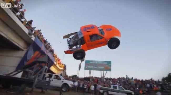 Video: Neuveriteľná otočka s automobilom