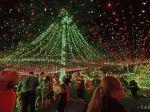 Dom v Austrálii zdobí najviac vianočných svetiel na svete