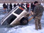 Video: SUV vyťahujú zo zamrznutého jazera v Rusku