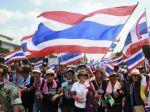 Tisíce Thajčanov sa búria diktatúre, chcú si získať armádu