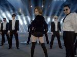 Video: Hudobník zlepil 68 hitov roku 2013 do jednej skladby
