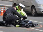 Muž prechádzal mimo priechodu, zomrel pod kolesami auta