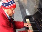 Opitý bezdomovec zahral na klavíri Vltavu