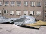 Silný vietor odtrhol časť strechy zimného štadióna v Skalici
