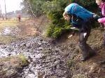 Video: Šmyknutie sa pri preskakovaní blata