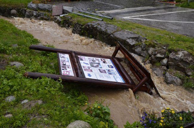 Vietor a voda robia problémy, neodporúča sa jazdiť do Tatier