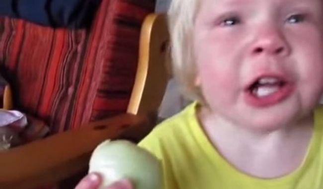 """Video: Keď dieťaťu """"chutí"""" cibuľa"""