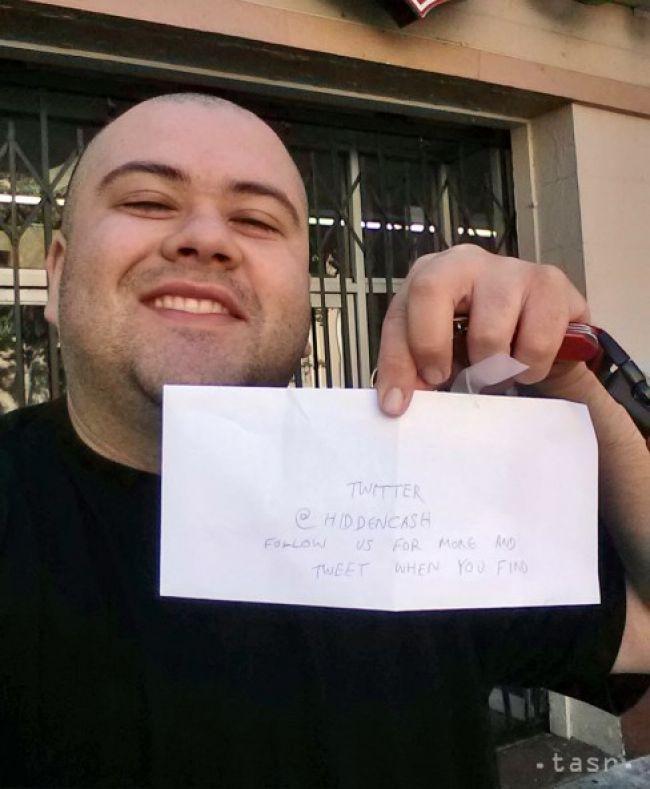 Neznámy chlapík rozhadzoval po uliciach obálky s peniazmi