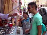 Video: Ako sa predvádza zmrzlinár v Turecku