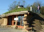 Už aj na Slovensku je Hobití dom z prírodného a odpadového materiálu
