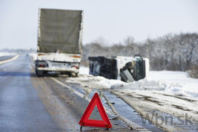 Pri Oščadnici sa zrazili kamióny s autom, cesta je už voľná