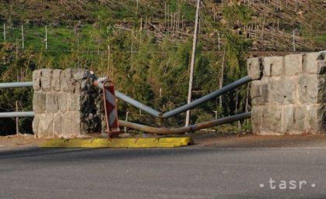 Vodičke pod vplyvom alkoholu po náraze do zvodidla zadržali vodičák