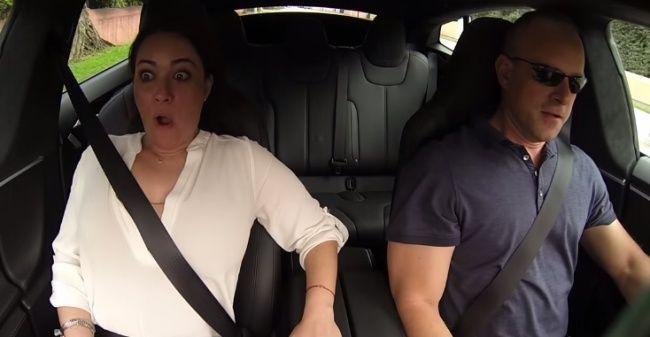 Video: Ako reagujú ľudia na prudké zrýchlenie auta