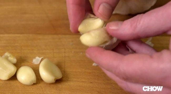 Video: Neradi čistíte cesnak? Skúste zlepšovák