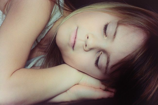 Sedem dôvodov, prečo spať viac naľavom boku