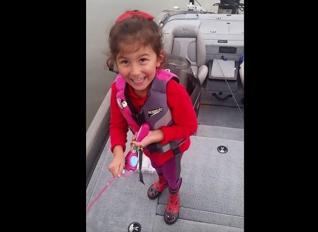Video: Dievča chytilo obrovskú rybu na Barbie udicu