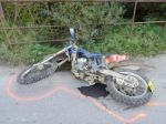 Mladík (†17) vrazil motorkou do zastávky, náraz neprežil