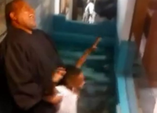 Video: Netrpezlivý chlapec pokrstil sám seba
