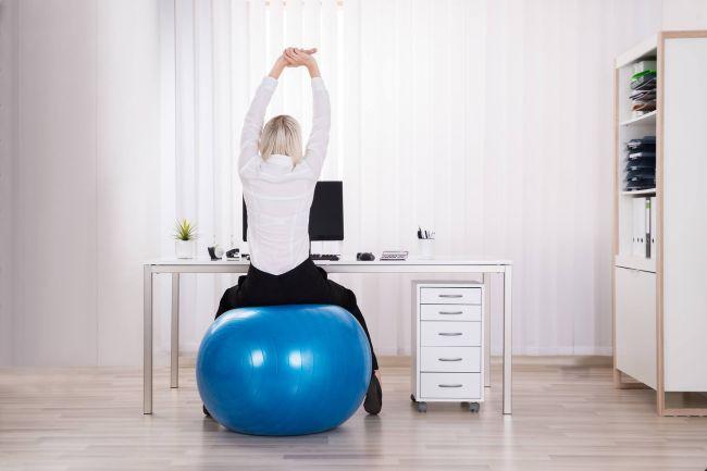 Práca v stoji alebo sedenie na fitlopte: aká poloha je pri sedavej práci najlepšia?