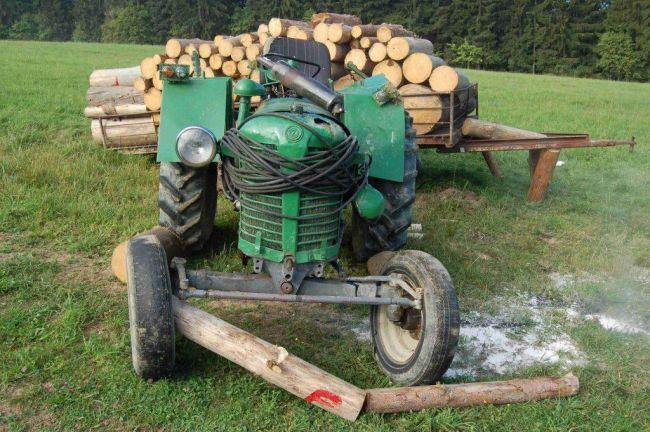 Po prevrátení traktora zahynul 61-ročný muž