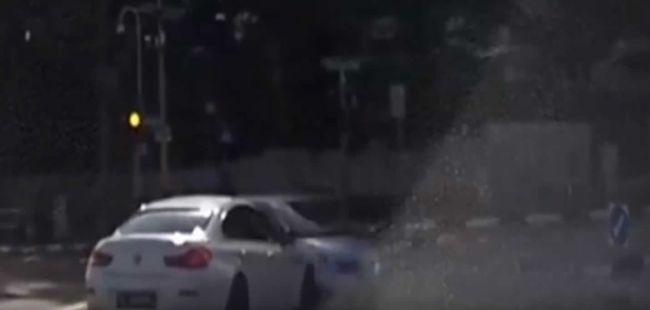 Video: Celý svet zmiatla dopravná nehoda, ktorú zapríčinilo neviditeľné auto