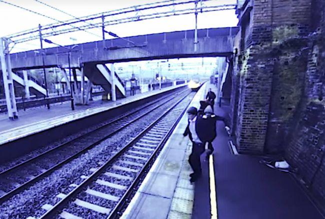 Video: Samovraha pred smrťou pod kolesami vlaku zachránila odvážna okoloidúca