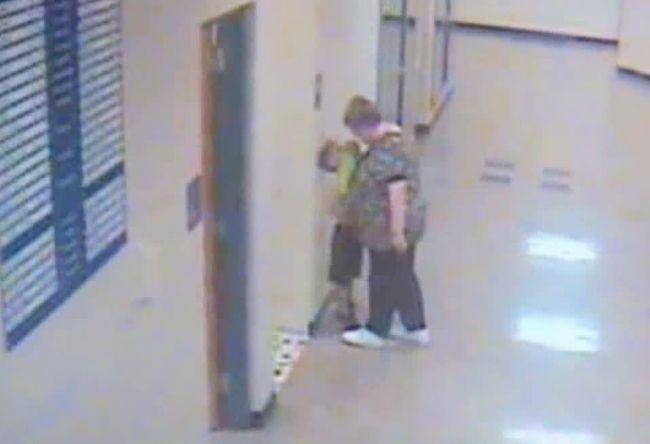 Video: Rodičia neverili, čo učiteľka urobila ich synovi. Jej správanie zachytila kamera