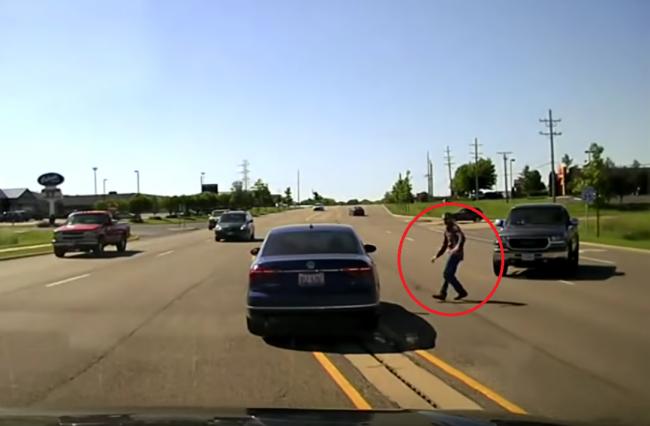 Video: Muž skočil do idúceho auta, aby zachránil vodiča. Policajti ostali ohromení