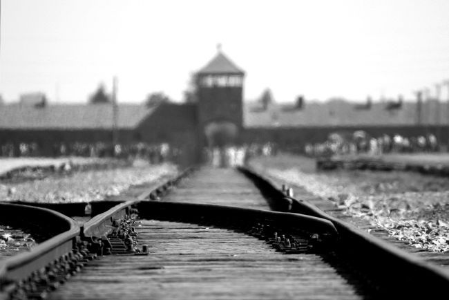 94-ročný bývalý strážnik z Auschwitzu čelí obžalobe, pomohol k viac ako 10.000 vraždám