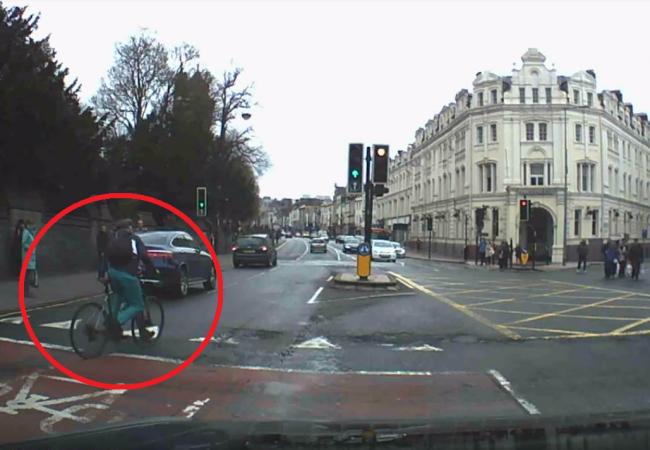 Video: Ozbrojený cyklista unikal pred políciou. Takýto zákrok civilistov však nečakal