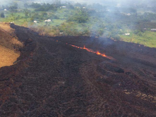 Havajská sopka Kilauea vybuchla priamo na vrchole, chrlí stĺp popola