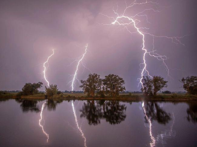 SHMÚ pre niektoré okresy zvýšil výstrahu pred búrkami a povodňami na 2. stupeň