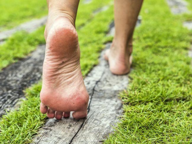 Chodenie naboso nie je pre každého. Poznáte zdravotné riziká?