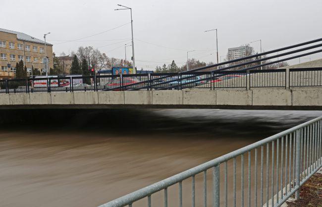 Vo viacerých okresoch hrozia prívalové povodne, varujú meteorológovia