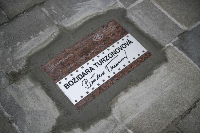Na bratislavský Filmový chodník slávy pribudla pamätná dlaždica Turzonovovej