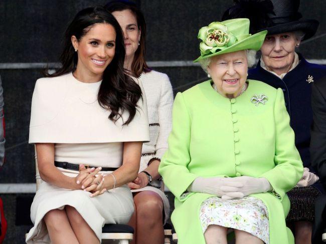 Kráľovná Alžbeta II. a Meghan absolvovali prvú spoločnú cestu