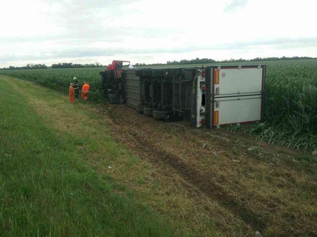 Na D1 v smere zo Senca do Trnavy sa prevrátil kamión