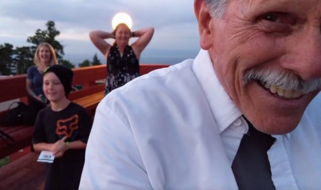 Video: Dedo mal natočiť žiadosť o ruku. Jeho video je však omnoho lepšie