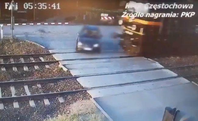 Video: Brutálna zrážka vlaku s osobným autom, vodič obišiel závory