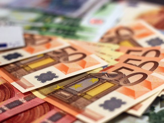Približne 70 % Slovákov je spokojných s prijatím eura