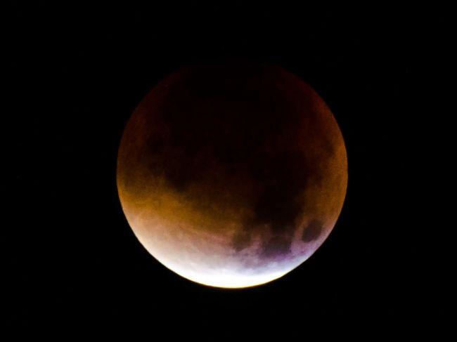 Počas jedného dňa nás čaká úplné zatmenie Mesiaca a veľká opozícia Marsu