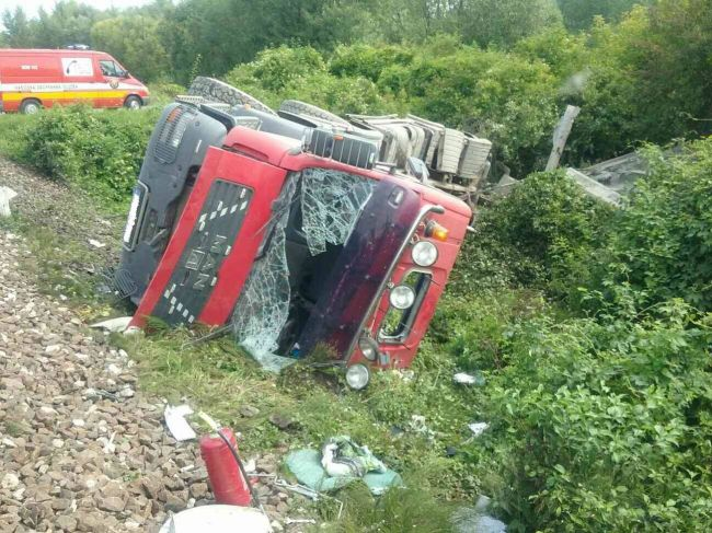 Vlak sa zrazil s nákladným vozidlom, hlásia zranených
