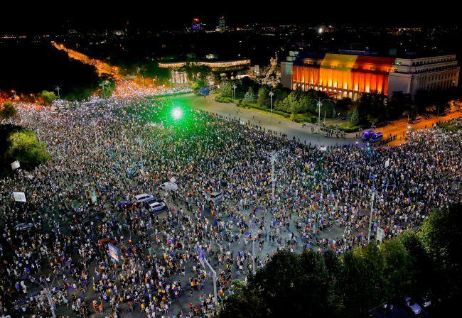 Na protestoch v Rumunsku sa opäť zišli desaťtisíce ľudí
