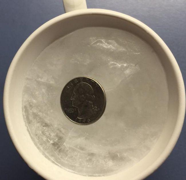 Pred odchodom z domu si do chladničky umiestnite pohár so zamrznutou vodou a mincou