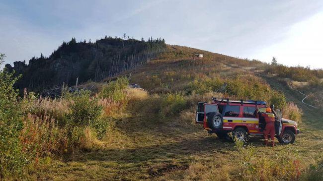 Ani po 24 hodinách sa nedarí lokalizovať požiar lesa v Polomke