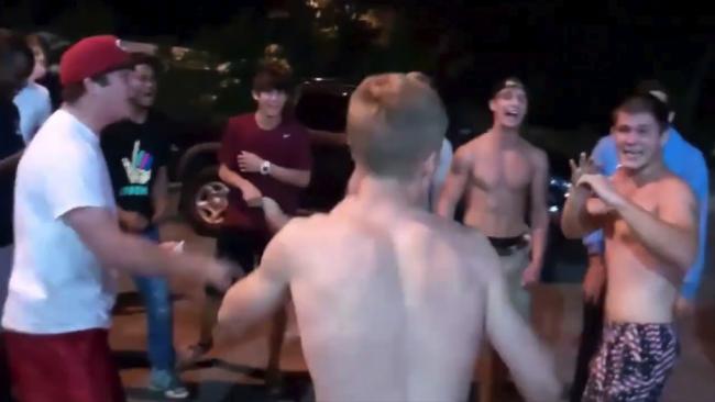Video: Muž si trúfol na menšieho protivníka. Potom zistil, že je to zápasník MMA