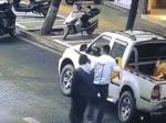 Video: Dvaja muži dali policajtom peknú príučku