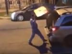 Video: Agresívny muž rozbil vodičovi okno. Ten si naňho zobral neobvyklú zbraň