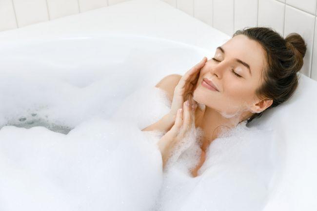 Spaľovanie kalórií vo vani: Akú teplotu zvoliť a ako dlho v nej zostať?