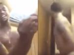 """Video: Muž sa v živom vysielaní chválil peniazmi, potom mu niekto """"zaklopal"""" na dvere"""